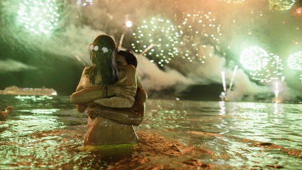 Bañistas reciben el Año nuevo en la playa de Copacabana de Río de janeiro (Brasil), el 1 de enero de 2018 - Sputnik Mundo