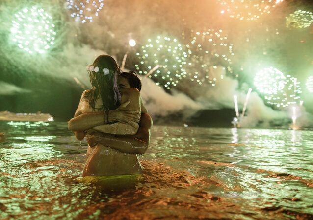 Bañistas reciben el Año nuevo en la playa de Copacabana de Río de janeiro (Brasil), el 1 de enero de 2018