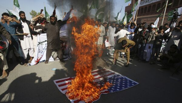 Manifestantes queman la bandera de EEUU en señal de protesta por el tuit de Donald Trump en el que acusó a los paquistaníes de ser mentirosos y estafadores, Karachi (Pakistán), el 2 de enero de 2018 - Sputnik Mundo