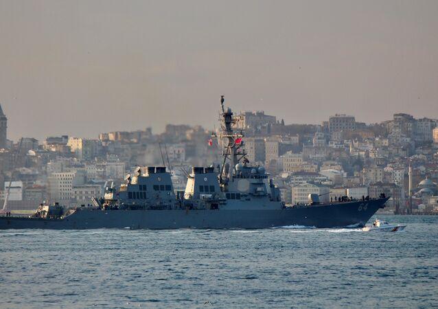 El destructor estadounidense USS Carney (DDG-64)