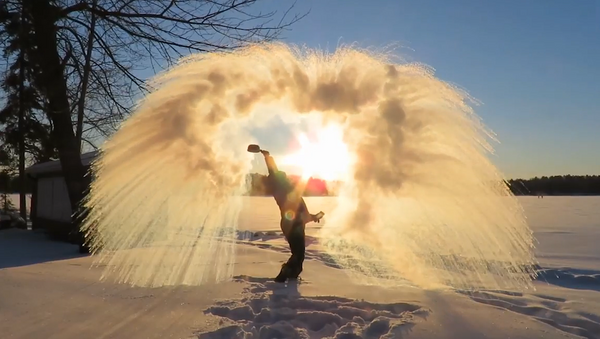 El increíble frío que congela al instante el agua hirviendo - Sputnik Mundo