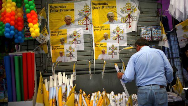 Un hombre vende objetos para celebrar la visita del papa a Chile - Sputnik Mundo