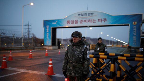 Militares surcoreanos en la frontera con Corea de Norte, cerca de la aldea de la tregua de Panmunjom - Sputnik Mundo