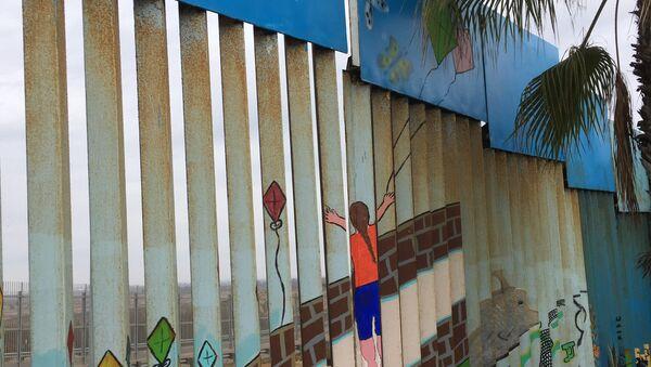 Una parte pintada del muro fronterizo Estados Unidos-México - Sputnik Mundo