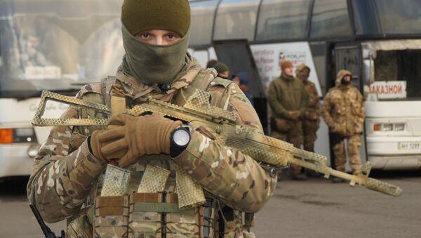 Un militar ucraniano durante el canje de prisioneros entre Kiev y Donbás - Sputnik Mundo