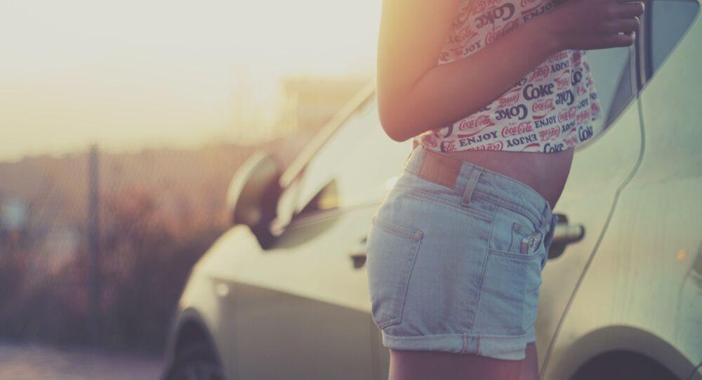 Una mujer al lado de un coche (imagen referencial)