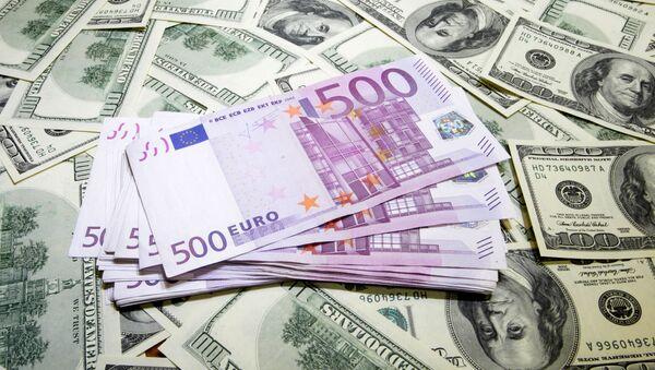 Los billetes de dólares y euros - Sputnik Mundo