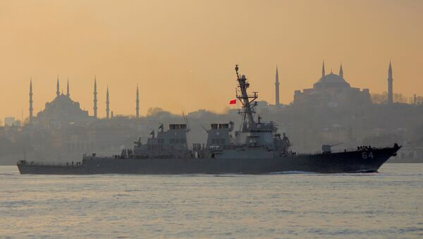 The U.S. Navy destroyer USS Carney sets sail in the Bosphorus, on its way to the Black Sea, in Istanbul - Sputnik Mundo