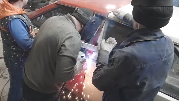 Mecánicos rusos construyen un 'tanque' con Ladas antiguos - Sputnik Mundo