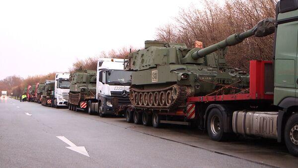 Un convoy con tanques estadounidenses lo pasa mal en un control policial en Alemania (video) - Sputnik Mundo