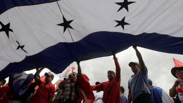 Los manifestantes con la bandera de Honduras (archivo) - Sputnik Mundo
