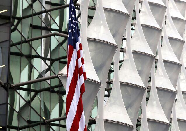 La bandera de EEUU cerca de la Embajada de EEUU en Londres, Reino Unido