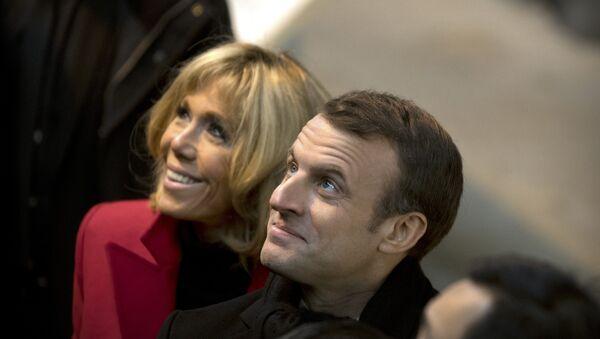 Emmanuel Macron y su esposa Brigitte Macron - Sputnik Mundo