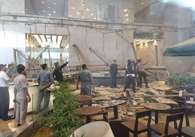 El colapso en la sede de la Bolsa de Indonesia en el sur de Yakarta