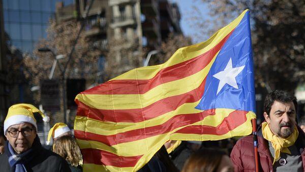 Un hombre con la bandera de Cataluña - Sputnik Mundo