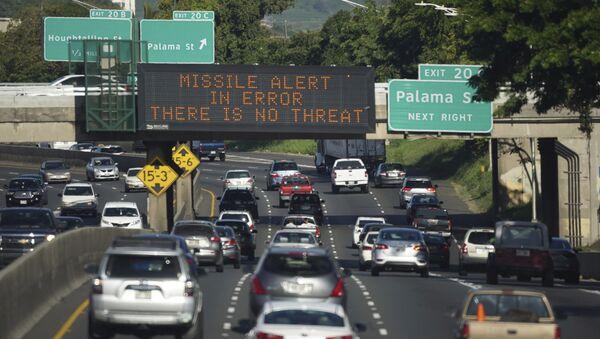 Mensaje que anunciaba falsa alarma en una autopista de Honolulu (Hawái), 13 de enero de 2018 - Sputnik Mundo