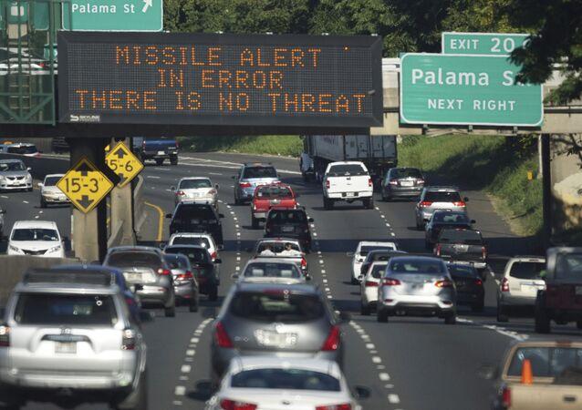 Mensaje que anunciaba falsa alarma en una autopista de Honolulu (Hawái), 13 de enero de 2018