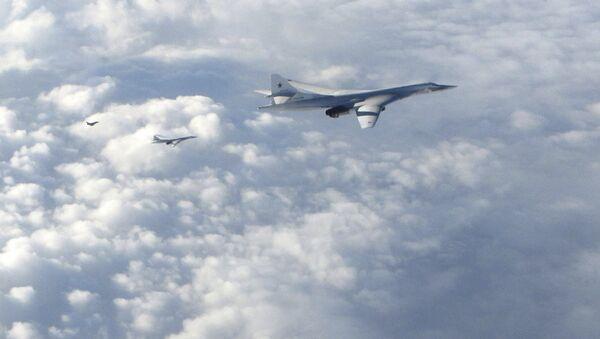 Los bombarderos de largo alcance Tu-160 son seguidos por un avión RAF Typhoon - Sputnik Mundo