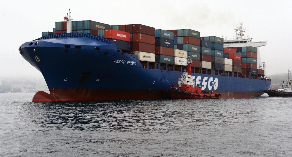 Carguero de contenedores del grupo logístioco ruso Fesco en Vladivostok