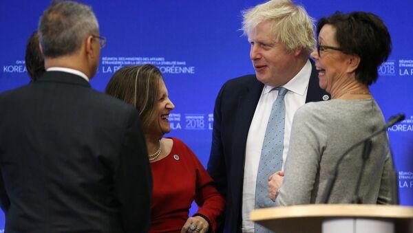 Chrystia Freeland y Boris Johnson, cancilleres de Canadá y del Reino unido durante el encuentro en Vancouver - Sputnik Mundo