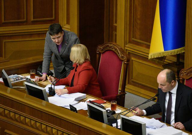 Nadezhda Sávchenko (izquierda), diputada de la Rada Suprema ucraniana