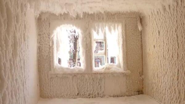 La magia del frío congela una casa entera en Rusia - Sputnik Mundo