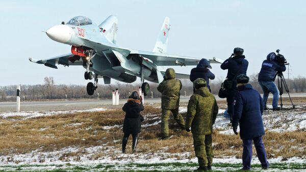 Cazas rusos aterrizan en una carretera por primera vez en la historia - Sputnik Mundo