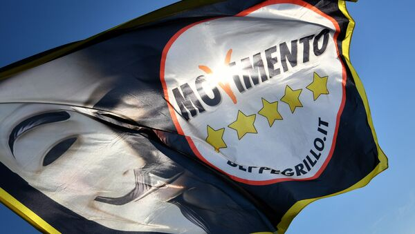 La bandera de la organización italiana Movimiento 5 Estrellas (M5S) - Sputnik Mundo