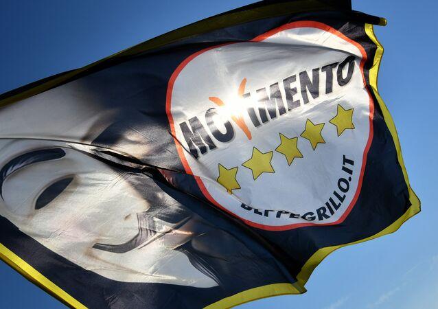 La bandera de la organización italiana Movimiento 5 Estrellas (M5S)
