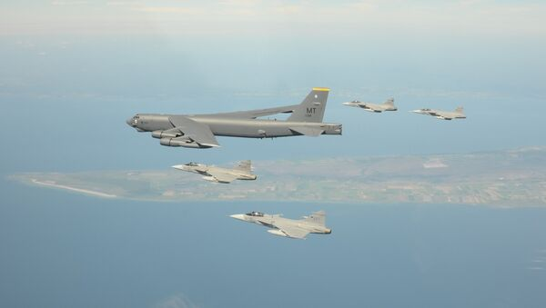 Los cazas Gripen escoltan un bombardero B-52 durante los ejercicios en el Báltico (archivo; septiembre de 2017) - Sputnik Mundo