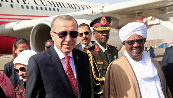 El presidente de Turquía, Recep Tayyip Erdogan, y su homólogo sudanés, Omar Bashir - Sputnik Mundo