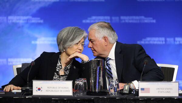 La ministra de Relaciones Exteriores de Corea del Sur, Kang Kyung-wha, y el Secretario de Estado de EEUU, Rex Tillerson, durante la reunión en Vancouver - Sputnik Mundo