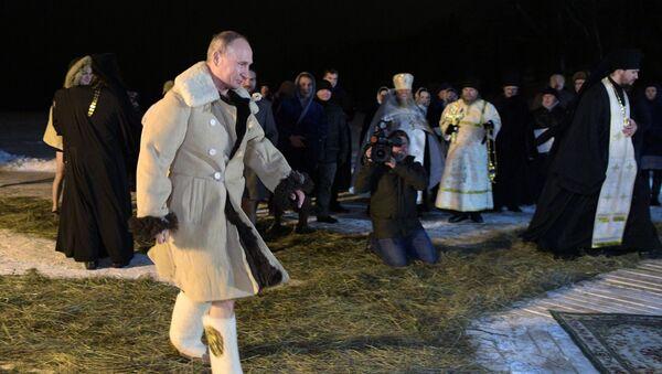 El baño de Epifanía: los rusos siguen el ejemplo de Putin - Sputnik Mundo