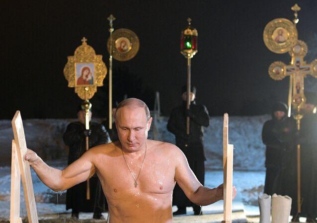El presidente de Rusia, Vladímir Putin, festeja La Epifanía en el lago Seliguer la noche del 19 de enero de 2018