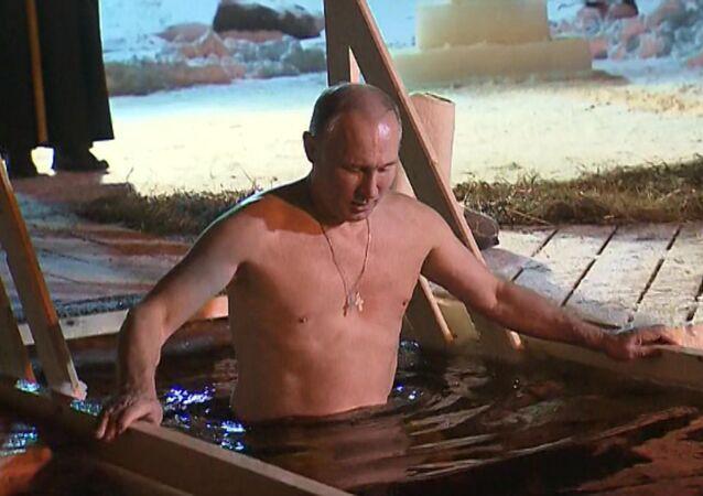 Putin se baña en un lago congelado para celebrar la Epifanía ortodoxa