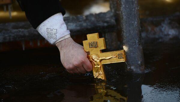 La antigua tradición ortodoxa de consagrar el agua durante la celebración de la Epifanía - Sputnik Mundo