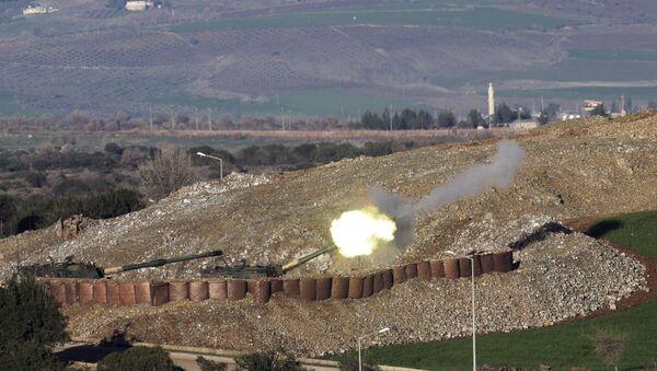 Artillería turca ataca posiciones kurdas en la región siria de Afrín, frontera entre Turquía y Siria, 19 de enero de 2018 - Sputnik Mundo