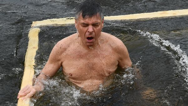 El embajador de EEUU en Rusia, Jon Huntsman, se bañó en las aguas heladas del río Istra con motivo de la Epifanía rusa - Sputnik Mundo