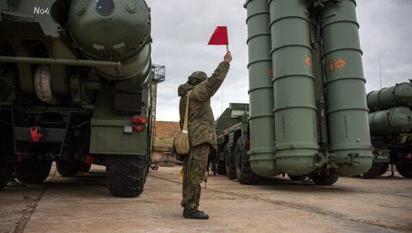 Un soldado ruso junto al sistema de defensa antiaérea ruso S-400 Triumf  - Sputnik Mundo
