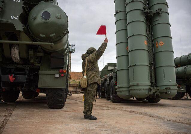 Un soldado ruso junto al sistema de defensa antiaérea ruso S-400 Triumf