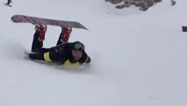Increíble: un ruso desciende tumbado sobre su estómago la montaña más alta de Europa - Sputnik Mundo