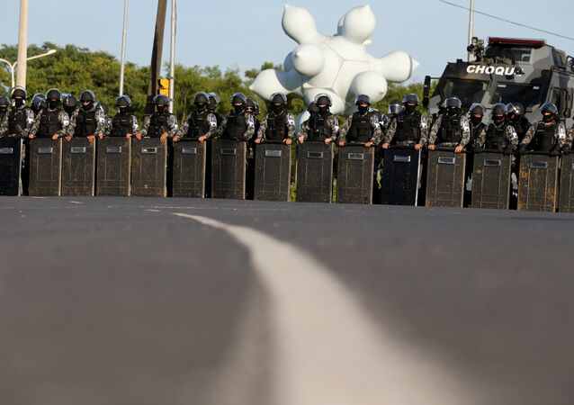 Policía antidisturbios en la ciudad de Porto Alegre desplazada por el juicio contra el expresidente Lula da Silva