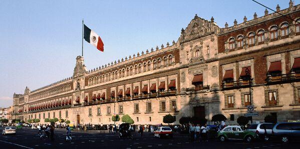 El Palacio Nacional es la sede del Poder Ejecutivo Federal de México y residencia personal de su presidente. El edificio, que empezó a ser construido en 1522 como residencia del conquistador Hernán Cortés, ocupa 40.000 metros cuadrados en la Plaza de la Constitución, en el centro histórico de la Ciudad de México. - Sputnik Mundo