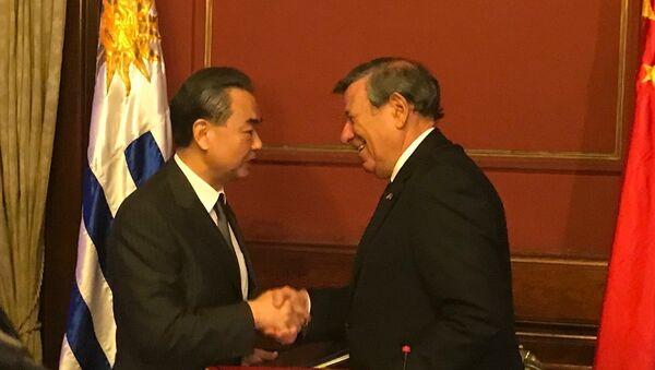 Canciller chino, Wang Yi, junto a su par uruguayo, Rodolfo Nin Novoa - Sputnik Mundo