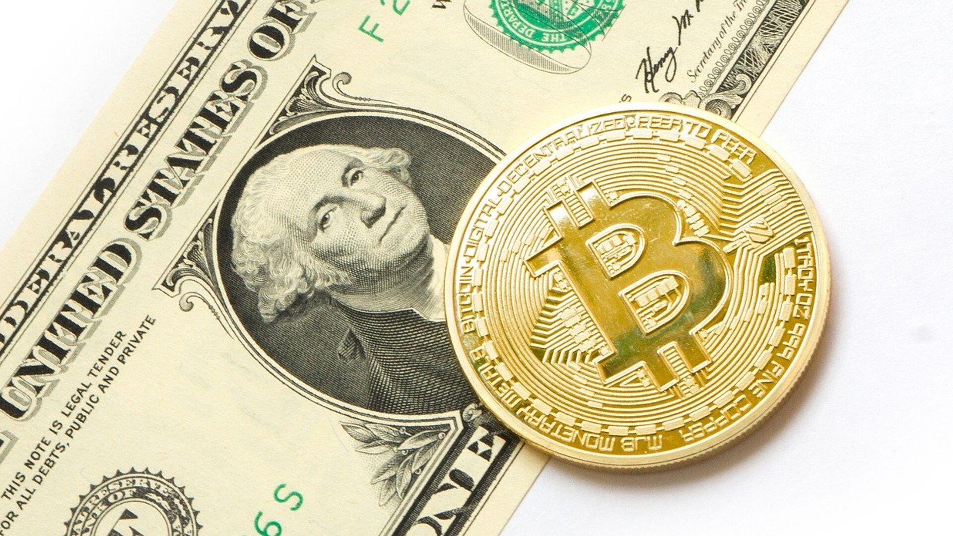 Bitcoin y dólar (imagen referencial) - Sputnik Mundo, 1920, 09.03.2021