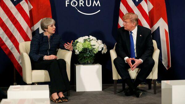 El presidente de EEUU, Donald Trump, y la primera ministra del Reino Unido, Theresa May - Sputnik Mundo