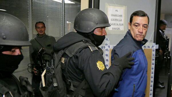 Policemen escort former Guatemalan Minister of Defense William Mansilla - Sputnik Mundo