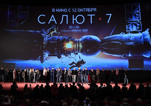 Los actores y el director de la película rusa Salut-7 durante el estreno el 5 de octubre de 2017