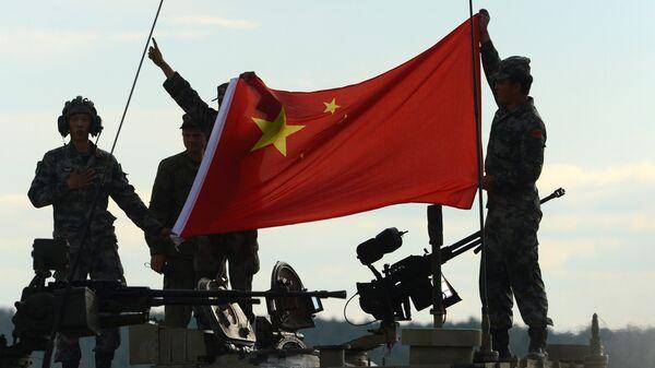 Los militares chinos con la bandera de su país - Sputnik Mundo