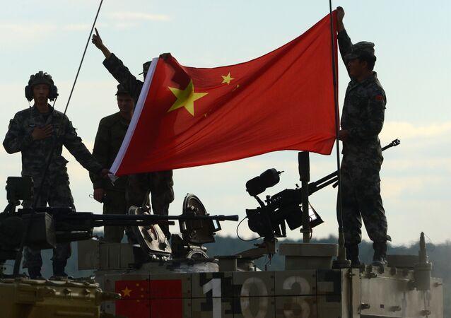 Los militares chinos con la bandera de su país (archivo)